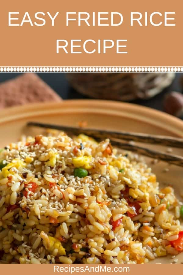 This easy fried rice recipe is quite versatile: you can make it vegetarian or with meat, add some fried egg, a bit of sesame oil and have a healthy side dish that's quick to make and healthy too. So simple, and yet so rewarding, the entire family will come for seconds. #recipes #Healthy #Dinner #lunch #rice #cooking #simple #mealprep #Easy